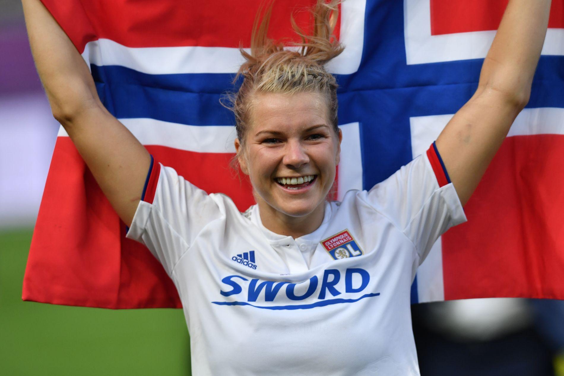 GLAD I NORGE: Ada Hegerberg viste ivrig frem det norske flagget etter finalen.