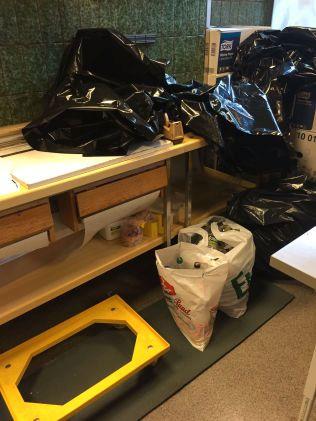 TOMFLASKER: På gulv rett ved avlastningsbord med pinnekjøtt på var det lagret plastposer med tomme brusflasker og bruskasser, skriver Mattilsynet i sin rapport.