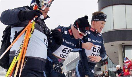 7989e075 KUTTSKADE: PÅ grunn av en kuttskade er Matti Heikkinen beordet til hvile,  og går glipp av verdenscuprennene på hjemmebane. Her støttes han ut av  trener ...