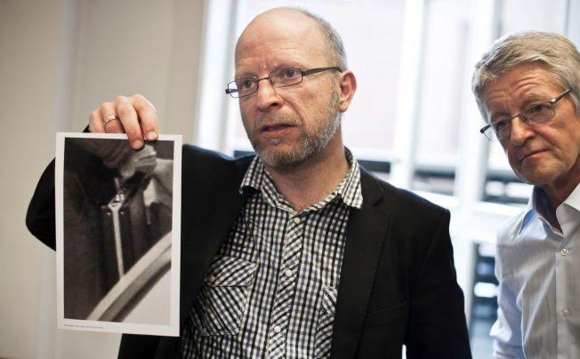 """FORFALSKNINGEN: Forfatter av boka """"Forfalskningen"""" Geir Selvik Malthe-Sørenssen holder opp fotografi av Treholt-kofferten i etterkant av Gjenopptakelseskommisjonens avgjørelse om ikke å gjenoppta Treholt-saken. Her med Treholts advokat Harald Stabel."""