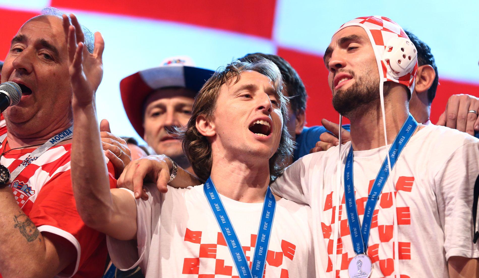 PÅ VEI VEKK? Både Luka Modric (t.v.) og Mateo Kovacic (t.h.) - som her feirer Kroatias VM-suksess (sølv) - skal ønske seg bort fra Real Madrid, ifølge spansk sportspresse.