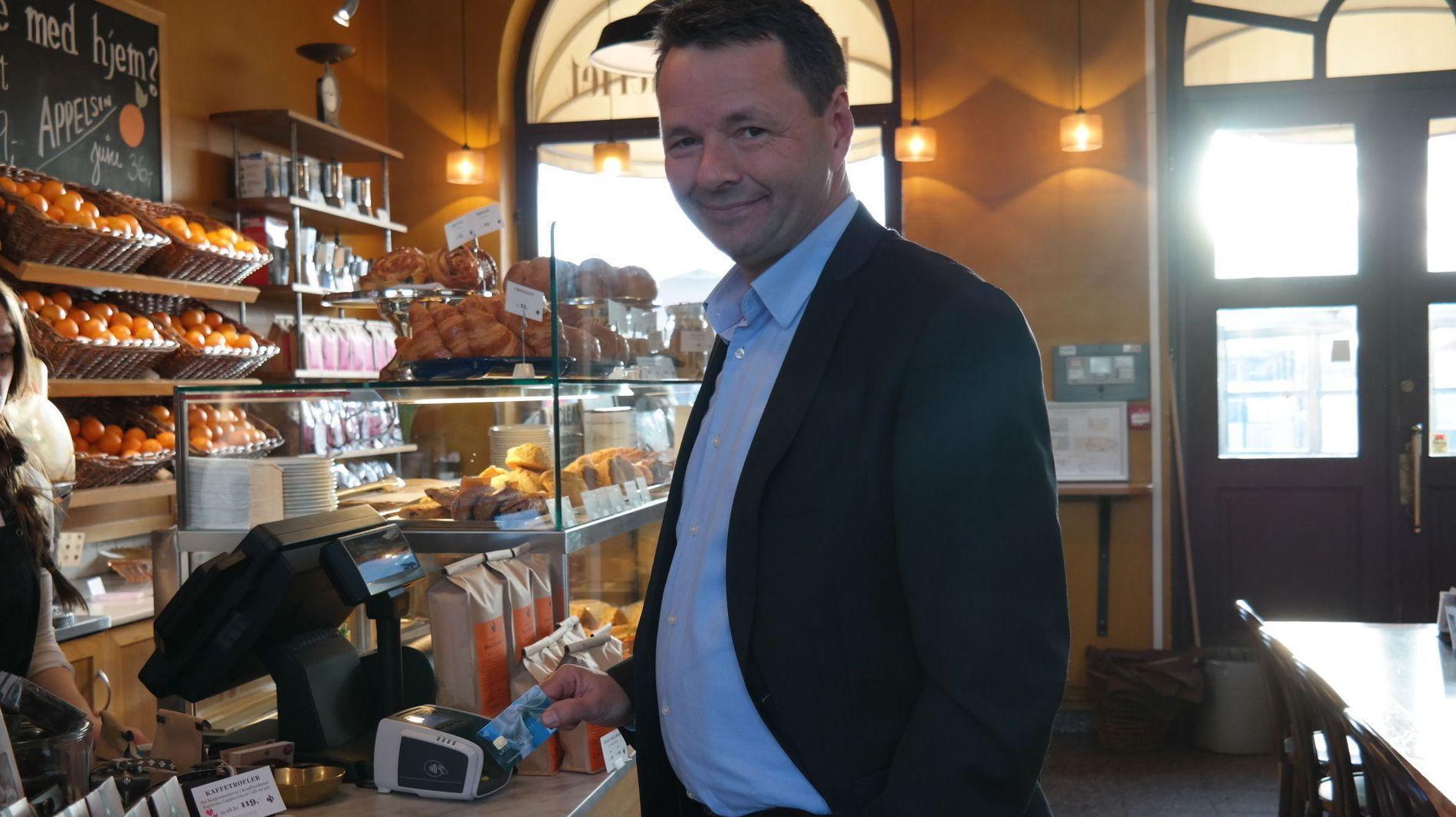 SLIPPER KODE. Jens Nes, landsjef i Visa Norge demonstrerer kontaktløs betaling på kafé i Oslo.