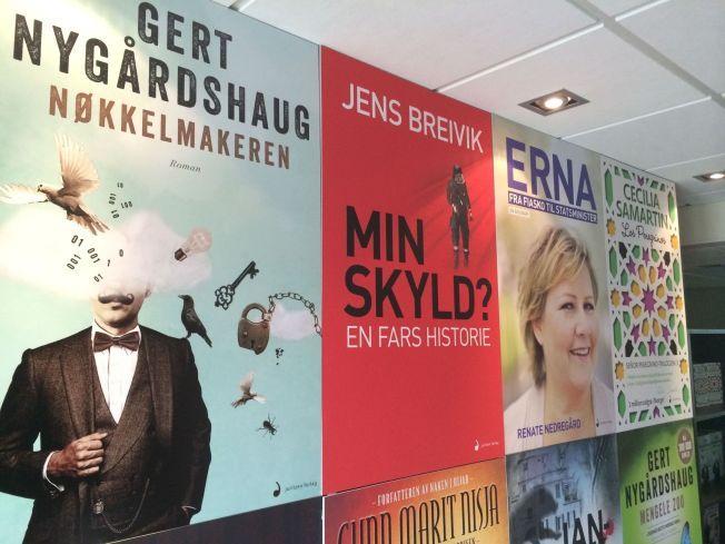 EN FARS HISTORIE: I den røde boken i midten av bildet er Jens Breivik sine ord om sønnen og 22. juli.