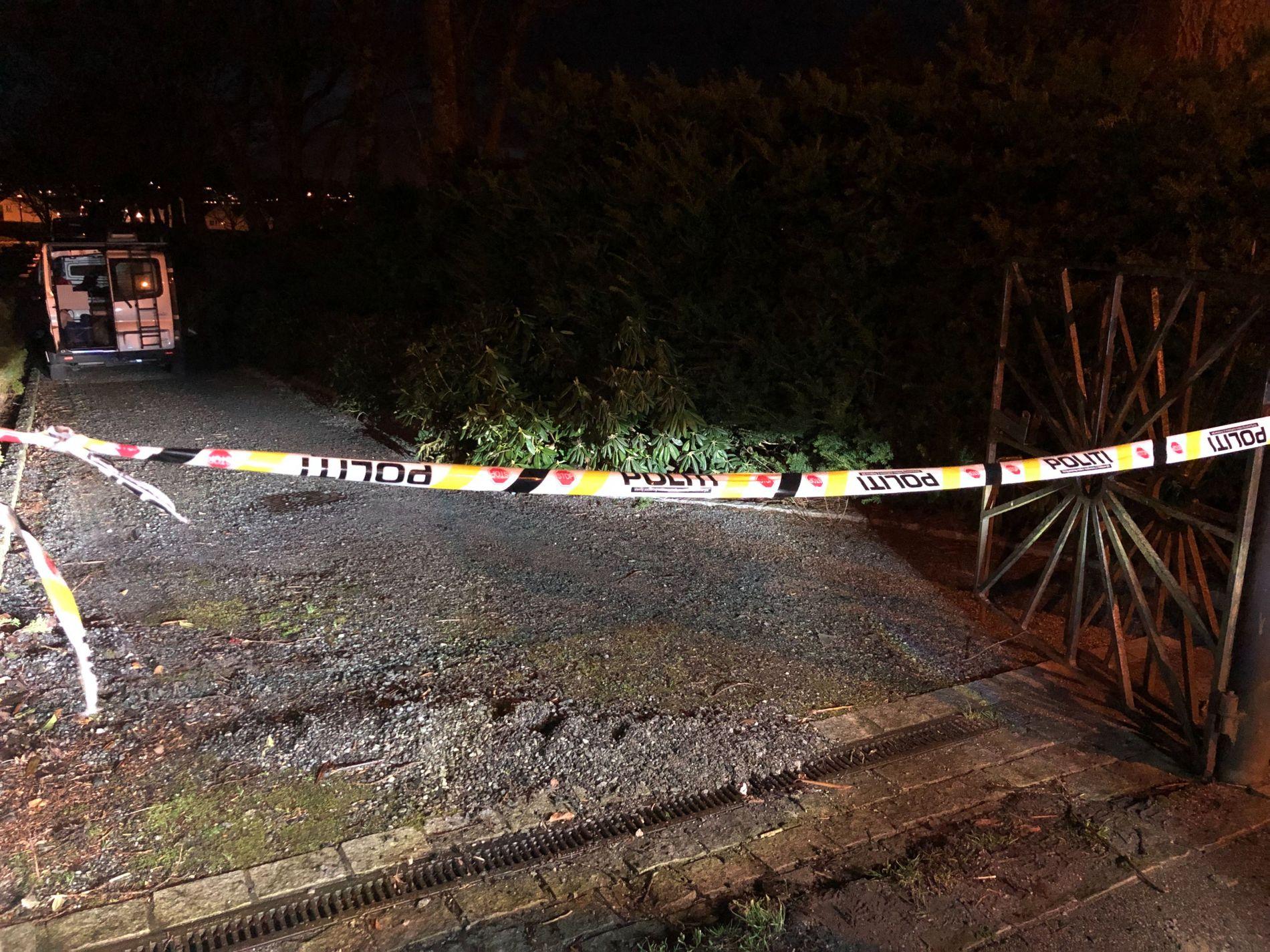 ETTERFORSKER: På kirkegården hvor mannen ble pågrepet, fant politiet også en skadet kvinne.