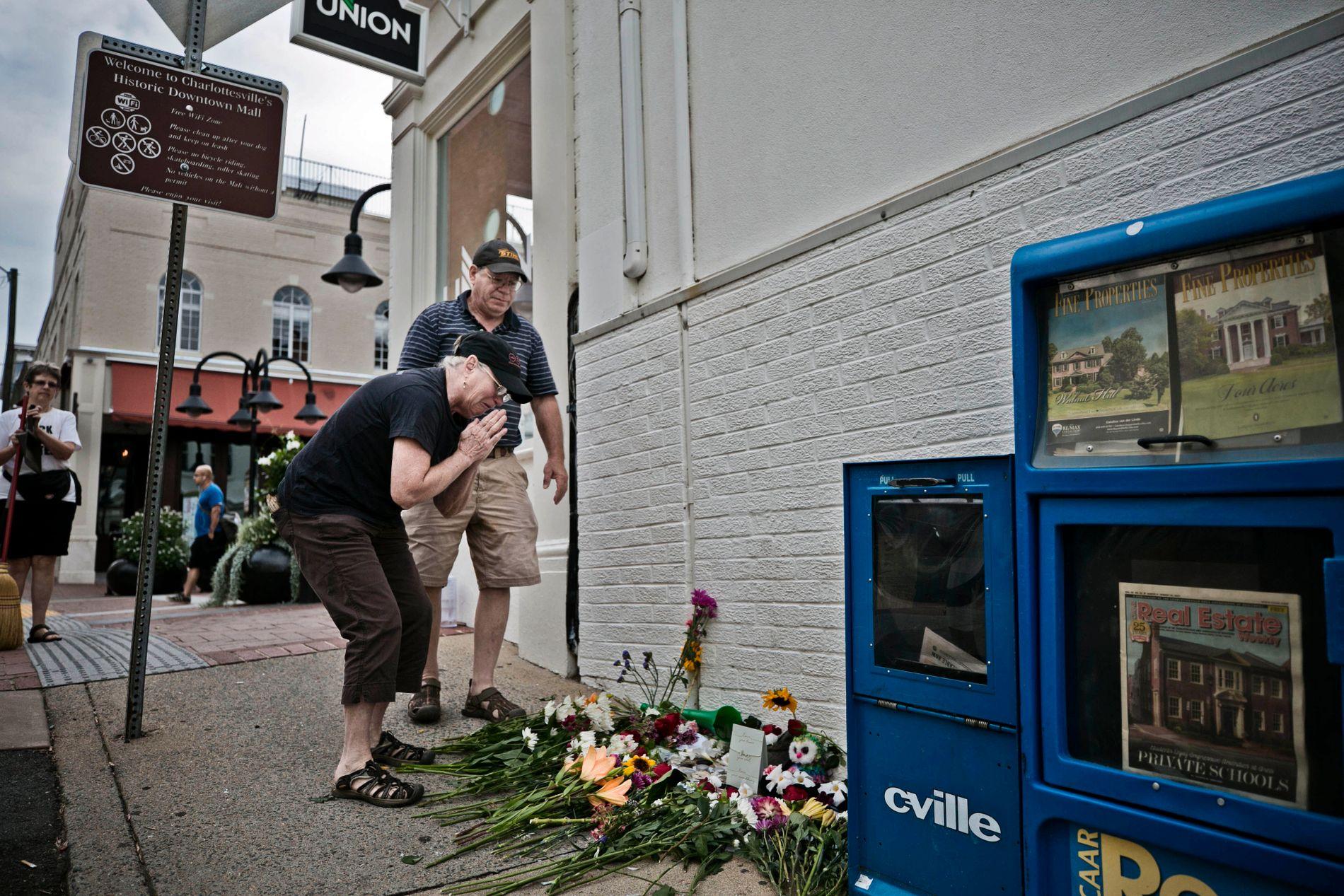 SORG:Bonnie Stevens og mannen Stuart Stevens legger ned blomster på 4th street der bilen kjørte på flere mennesker og drepte en person. Foto: Pontus Höök