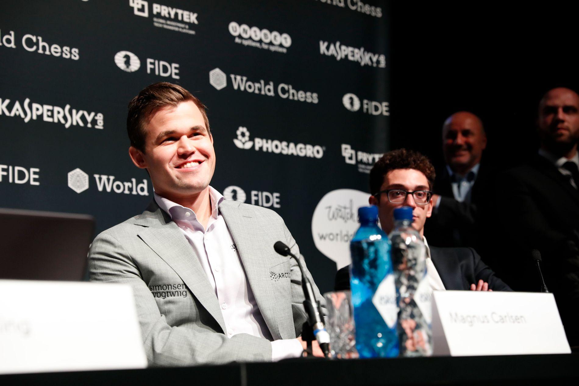 SEIERSGLIS: Magnus Carlsen hadde all grunn til å smile på onsdagens pressekonferanse.