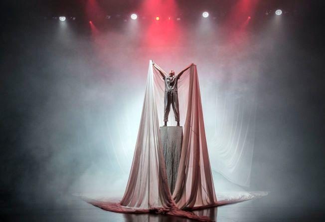 LITE MENNESKE i en enorm og ukontrollerbar virkelighet: Ane Dahl Torp i «Solaris korrigert» på Det norske teatret.