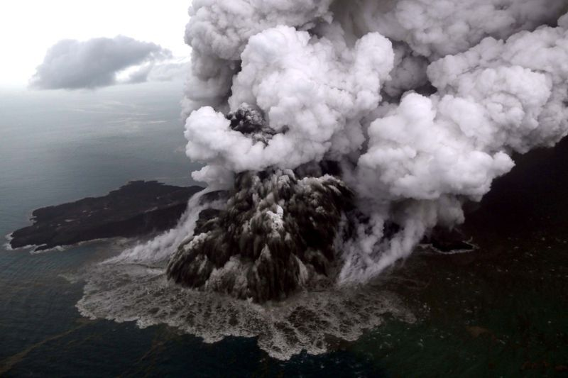 NYE UTBRUDD: Anak Krakatau hadde fortsatt vulkansk aktivitet også søndag.