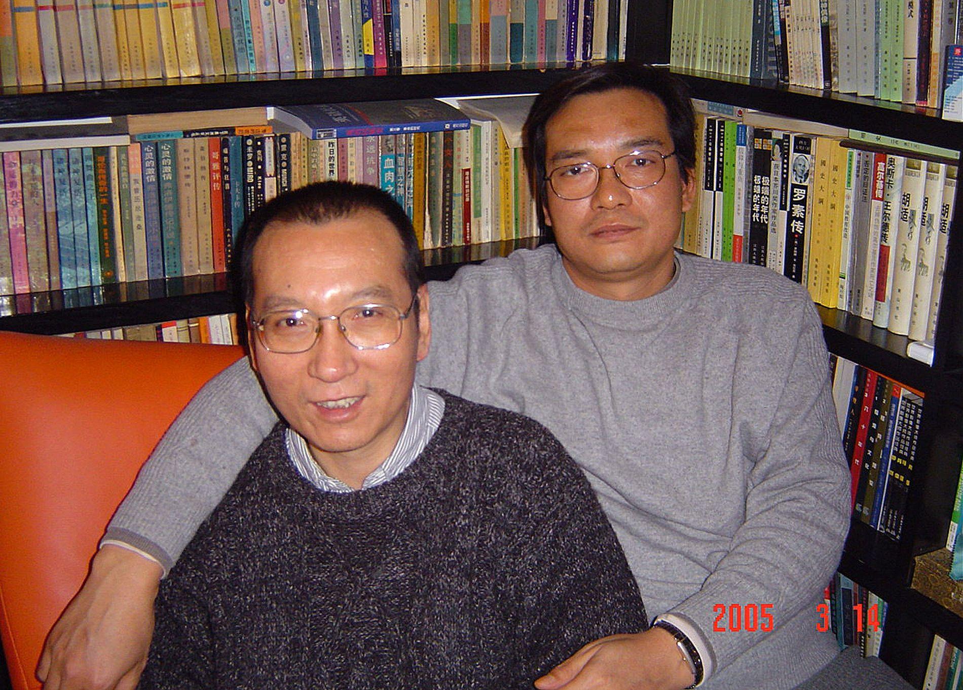 BRØDRE: Dette bildet av Liu Xiaobo (t.v.) og broren Liu Xiaoxuan (t.h.) har blitt gitt ut av familien. Bildet er tatt i 2005 i Guangzhou i sørlige Kina.