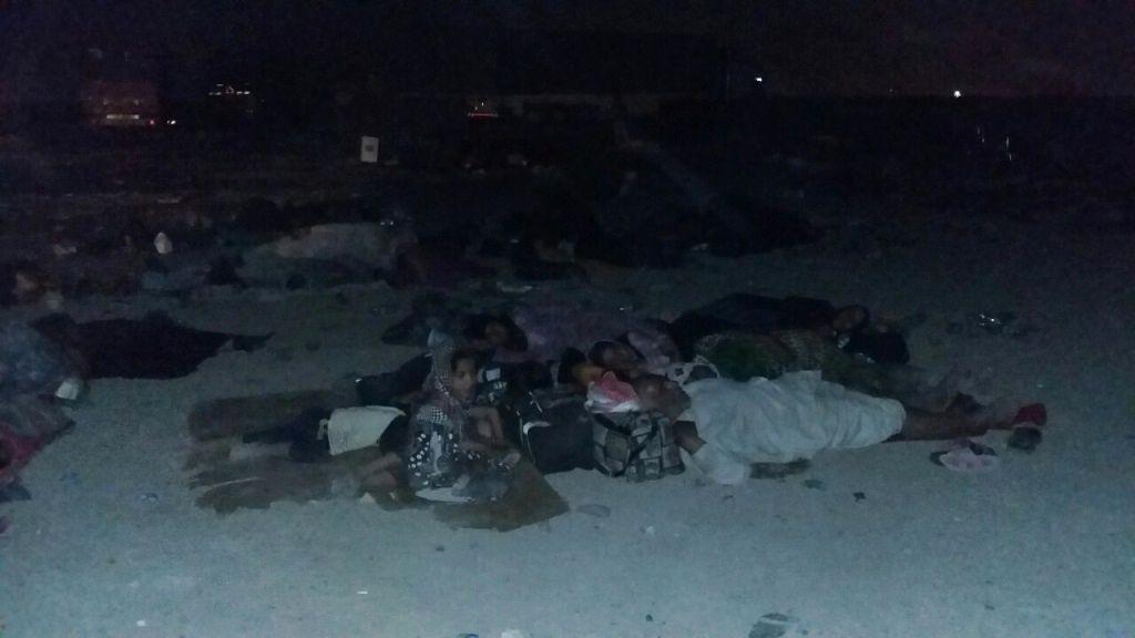 SOVER PÅ BAKKEN: Flyktninger fra kampene om Fallujah sover på bakkene.