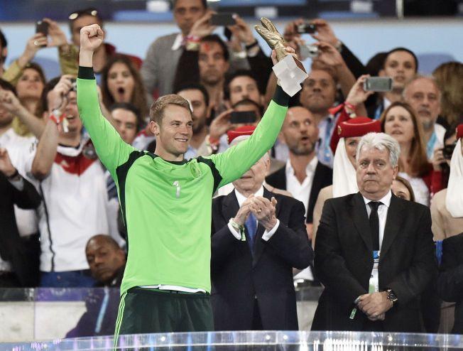 VANT PRIS: Tysklands Manuel Neuer ble kåret til VMs beste keeper og ble tildelt Gullhansken.