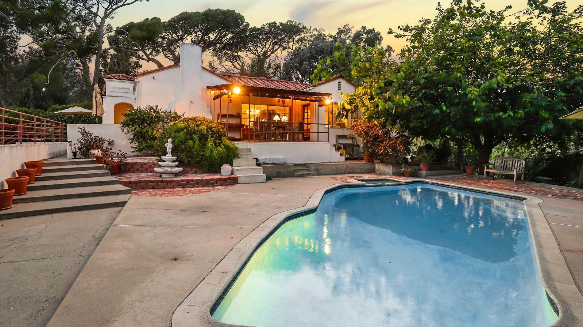 HYGGELIGERE ENN I 1969: Villaen har basseng og har utsikt over Downtown Los Angeles.