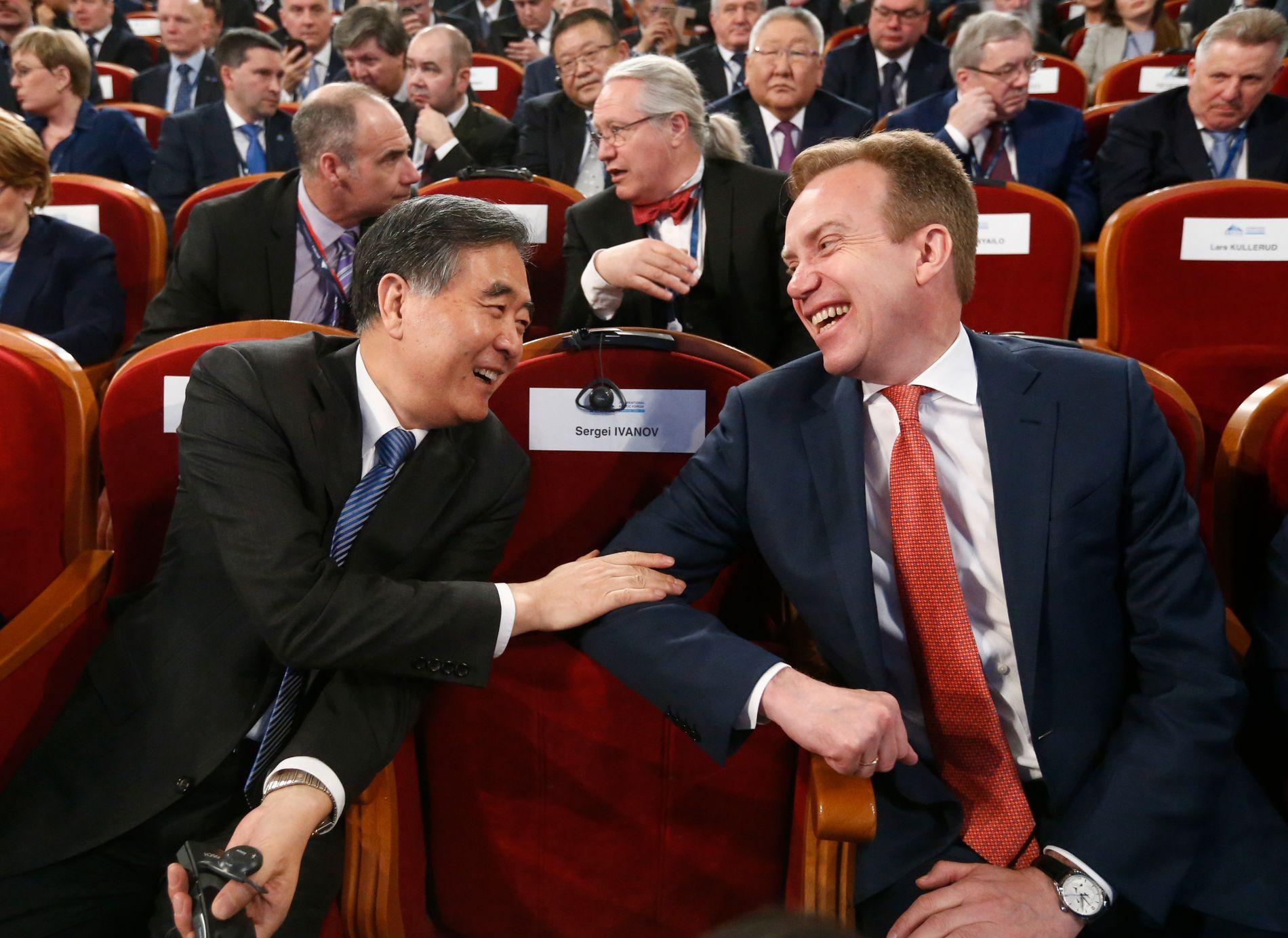 INNAFOR: Kinas observatørstatus i Arktisk Råd har gitt dem innsyn i utviklingen og avgjørelsene som tas i de ressursrike nordområdene. Her er visestatsminister Wang Yang i tilsynelatende jovial prat med daværende utenriksminister Børge Brende under det internasjonale arktiske forum i Arkhangelsk i 2017.