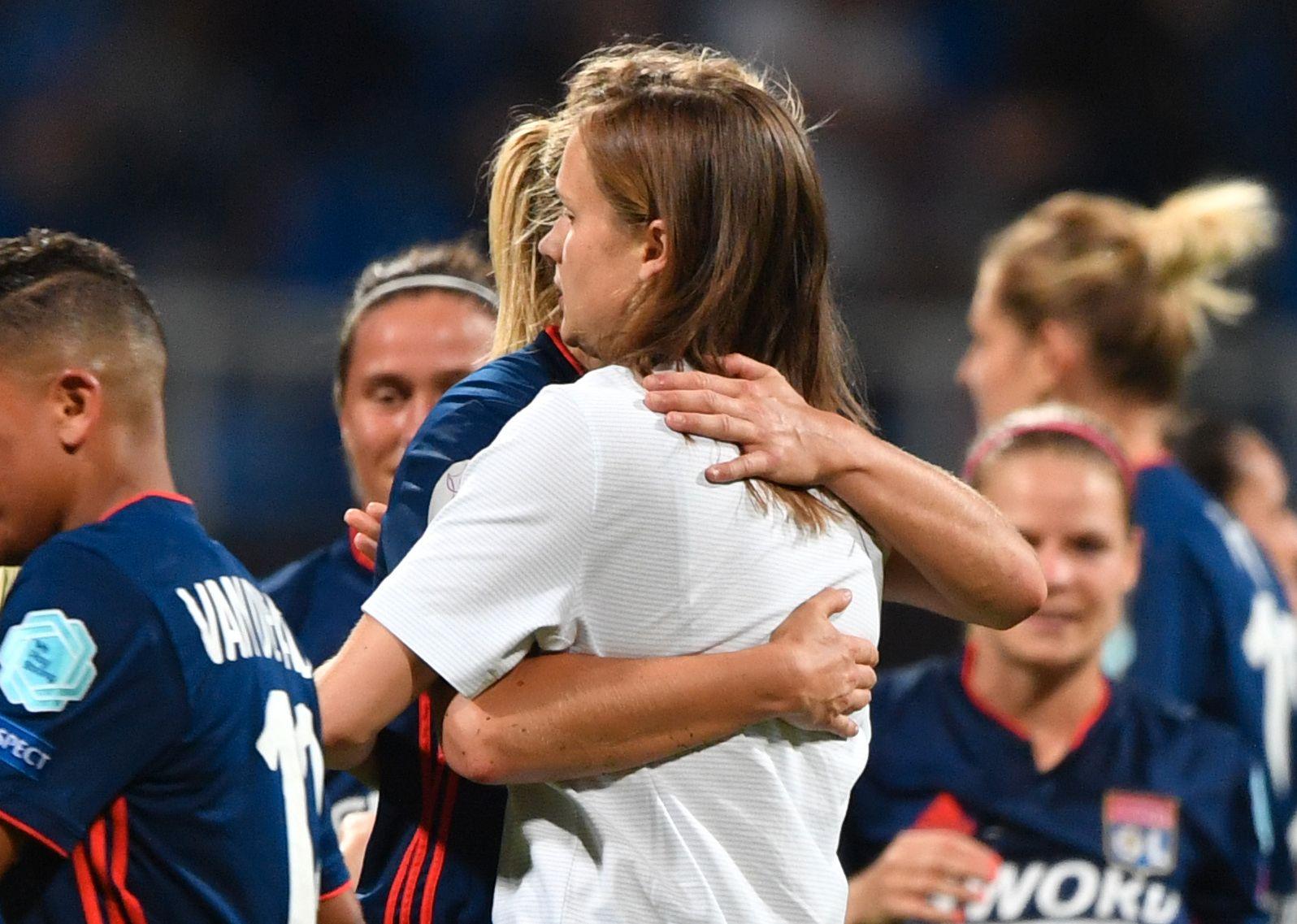 TRØSTET «CARO»: Ada Hegerberg og Caroline Graham Hansen har ikke snakket sammen siden EM i fjor, men det ble en kort og hjertelig hilsen etter Champions League-finalen.