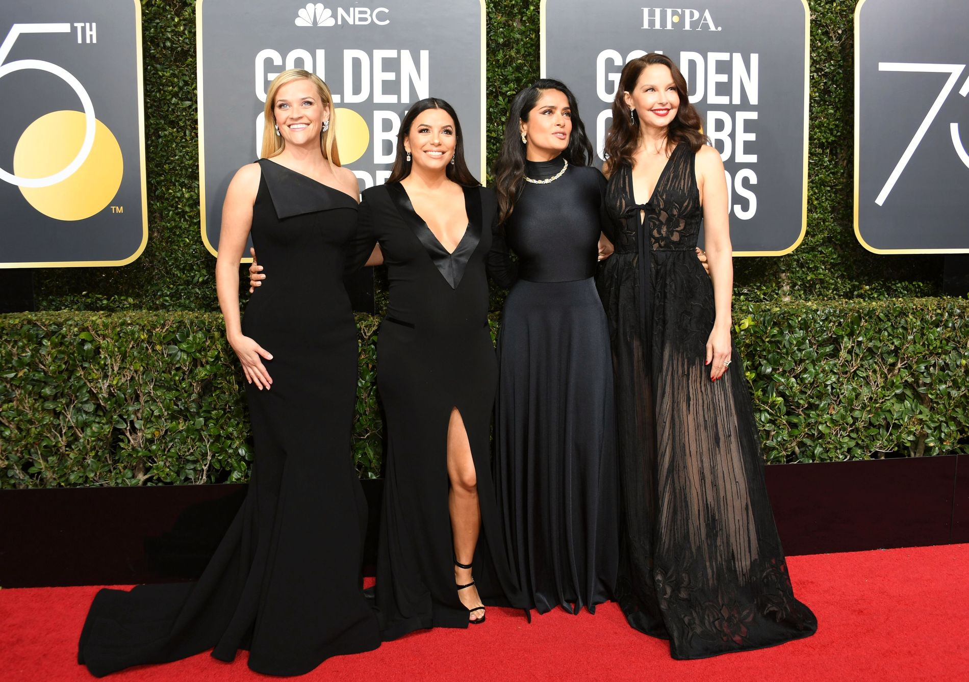 KLEDD I SVART: Skuespillerne Reese Witherspoon, Eva Longoria, Salma Hayek og Ashley Judd.