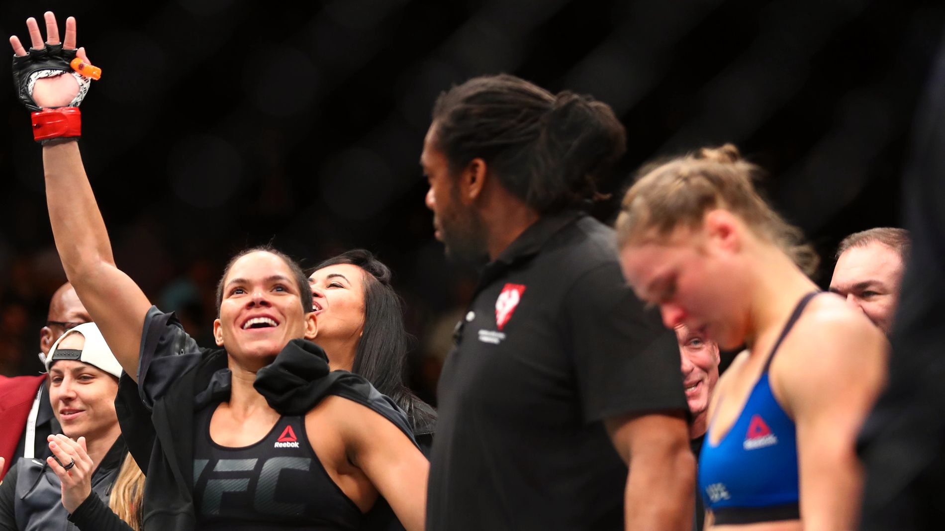 FORSVARTE BELTET: Amanda Nunes (t.v.) jubler etter seieren mot en sønderknust Ronda Rousey.