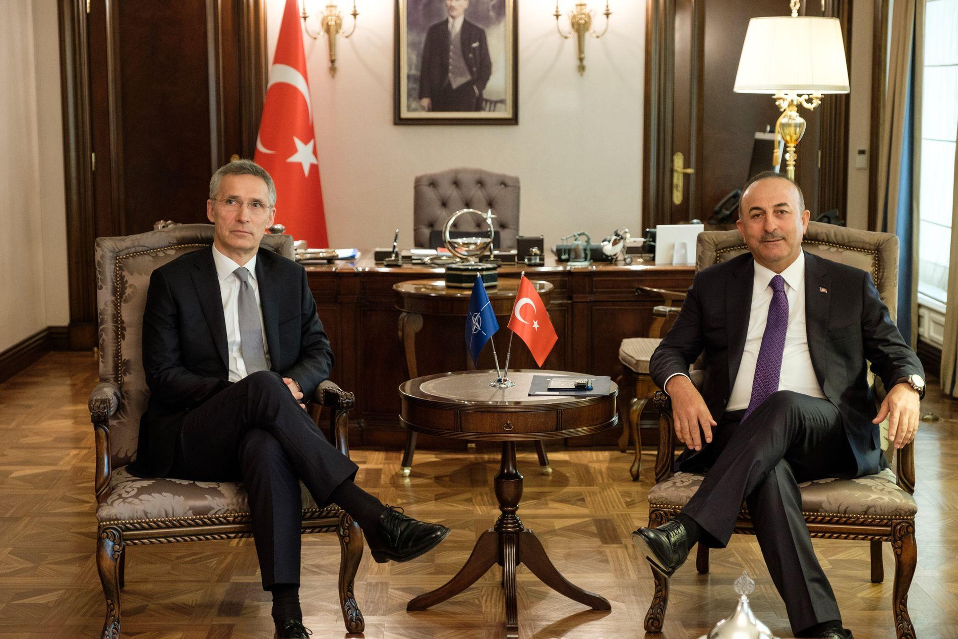 SAMTALER: NATOs generalsekretær Jens Stoltenberg møtte Tyrkias utenriksminister Mevlut Cavasoglu i Ankara mandag.