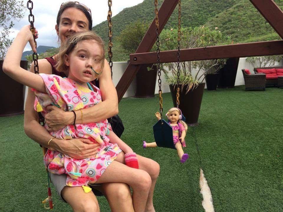 I MEXICO: Foreldrene tok med seg Kira til Mexico for en ny eksperimentell behandling. De er ikke i tvil om at de gjorde det rette. – Vi fikk seks dyrebare ekstra måneder med Kira, sier Jennifer Brown.