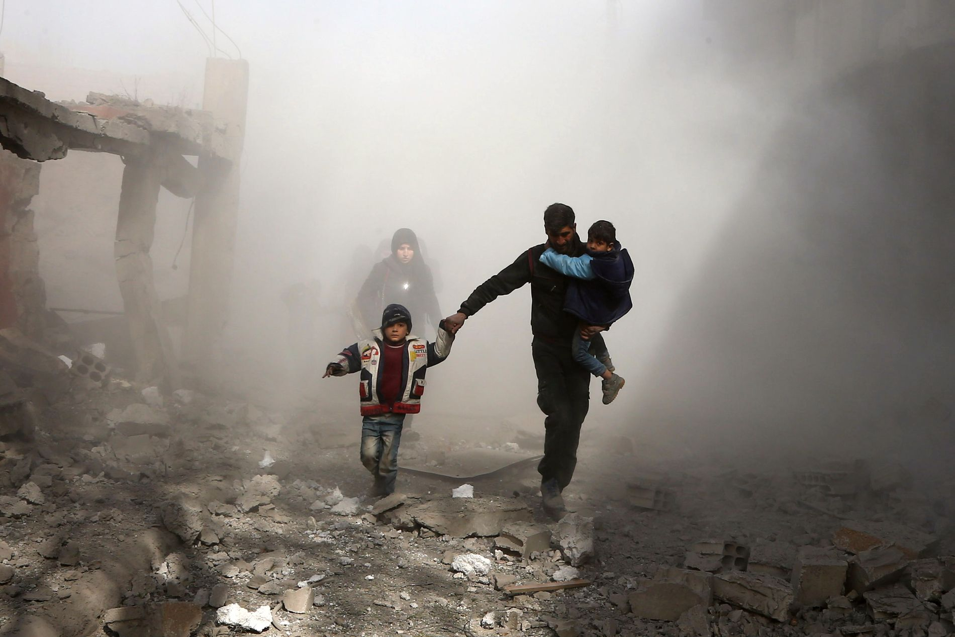 FLYKTER: Syriske sivile flykter etter nye angrep fra syriske regimestyrker i byen Jisreen i enklaven Øst-Ghouta like ved Damaskus. Siden søndag i forrige uke er over 400 mennesker drept i området, melder SOHR.
