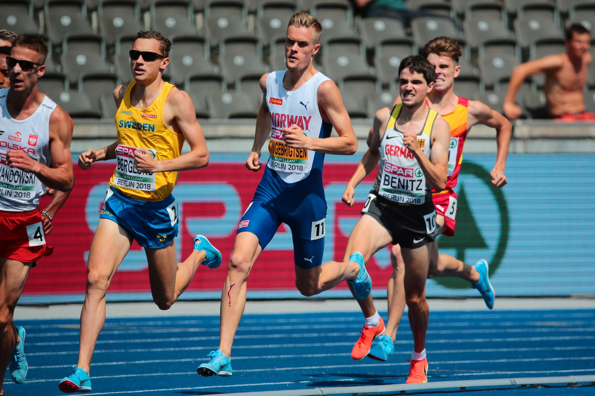 KONKURRENTER: Filip Ingebrigtsen ble beskyldt for doping av Timo Benitz (til høyre for nordmannen) etter onsdagens 1500 meter på Olympiastadion.