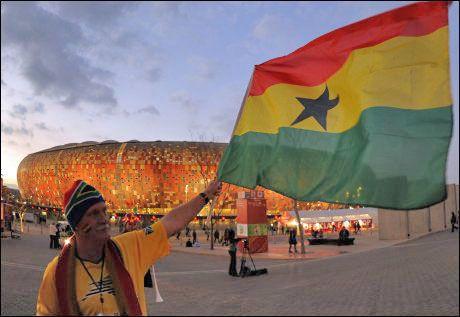 SAMME FARGER: En tilhenger svinger flagget til Ghana under fotball-VM i Sør-Afrika. Fargestripene er de samme som på emballasjen til Kvikk Lunsj, påpekte Arve Juritsen i retten.