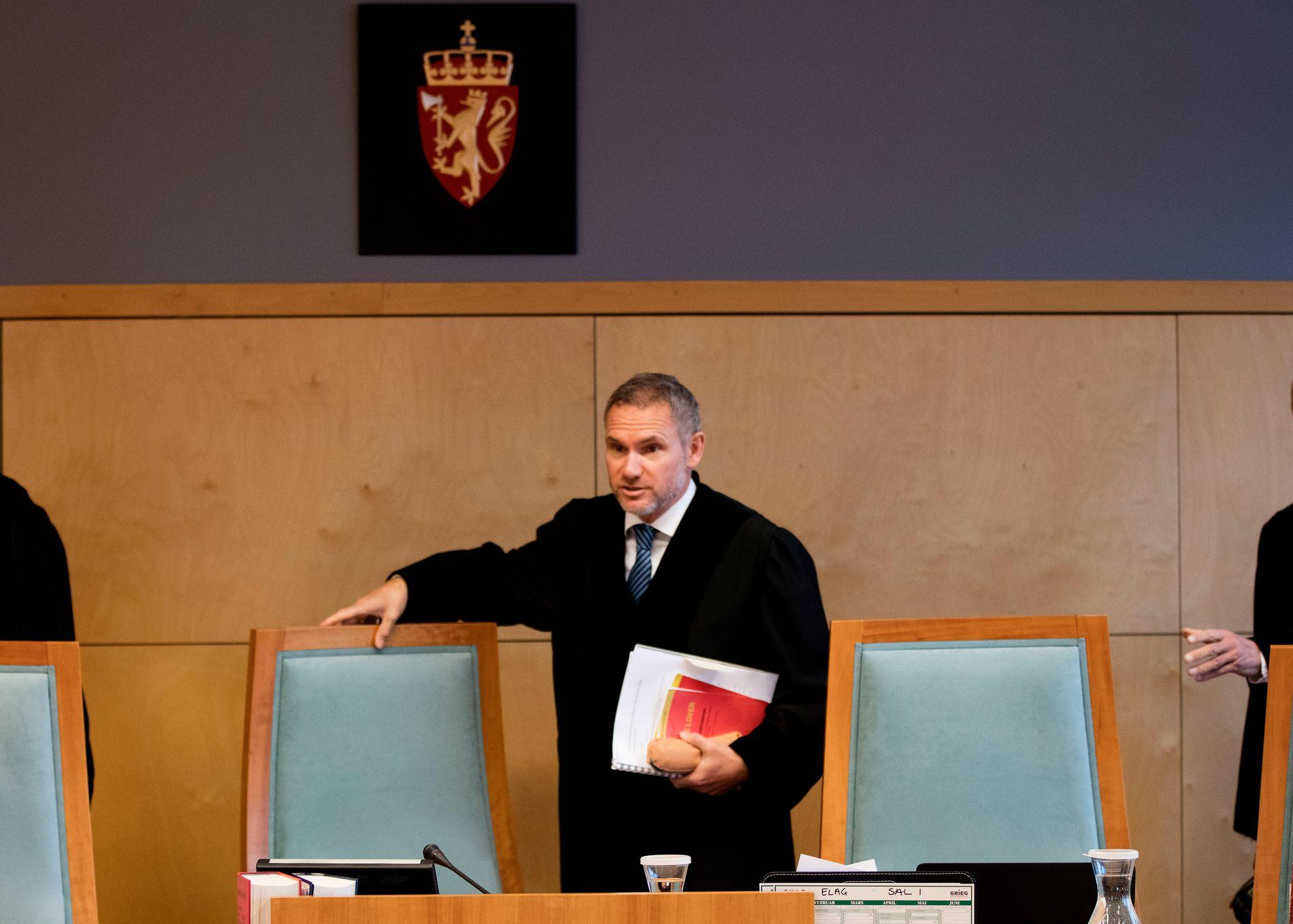 FRIKJENTE GJENSIDIGE: Lagdommer Bjørn Eirik Hansen i Eidsivating lagmannsrett har behandlet en rekke saker mot selskaper han eier aksjer i. Bildet er tatt i forbindelse med en sak som var oppe i lagmannsretten for noen dager siden.