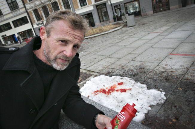 KETSJUP PÅ SNØ: Jo Nesbø gikk amok med ketsjupflasken i Bygdøy Allé midt på lyse dagen da han møtte VG i forbindelse med krimboken «Blod på snø» som kommer onsdag.