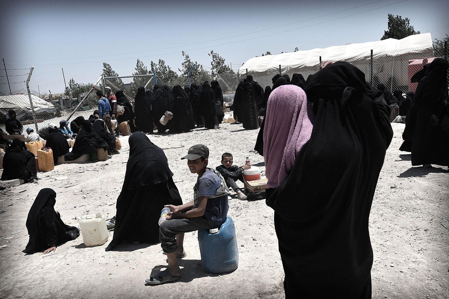 VENTER PÅ VANN: VG besøkte leiren Al Hol i Syria i juni, og fikk tilgang til den delen av leiren der kvinnene som ikke er fra Syria og Irak bor. Dehydrering er et stort problem blant leirens barn i varmen, som når over 40 grader. Her venter internerte kvinner i vannkø.