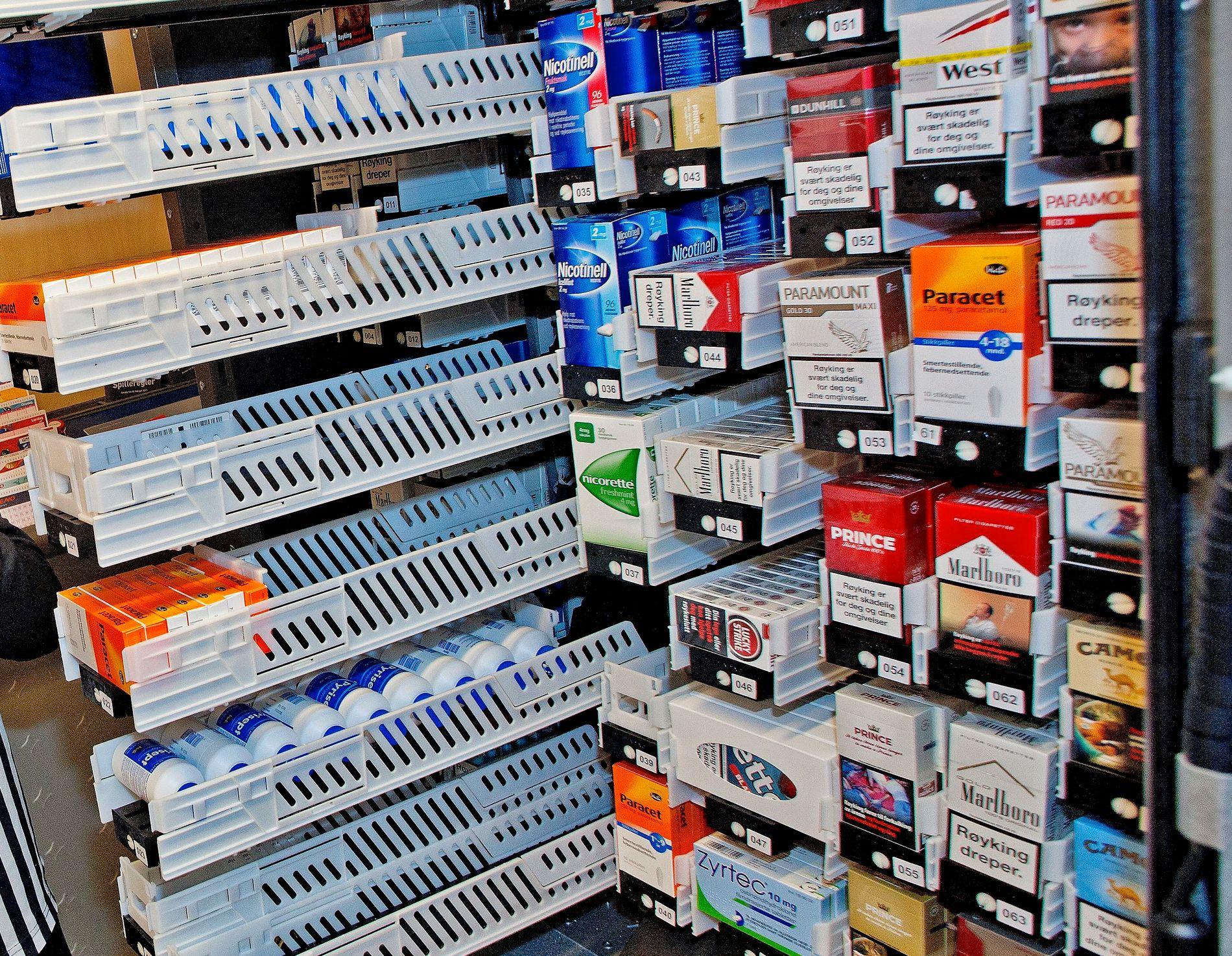 VANLIG SYN: Paracet og sigaretter i variert utvalg på en vanlig dagligvarebutikk i Oslo.