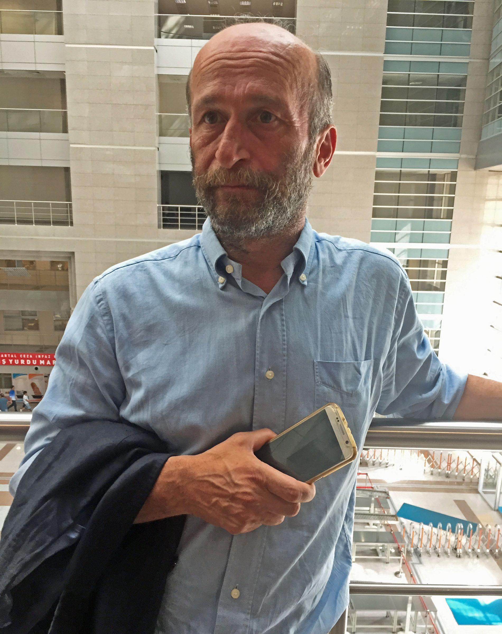 BEKYMRET: Journalist Erdem Gul utenfor rettslokalet i Istanbul.