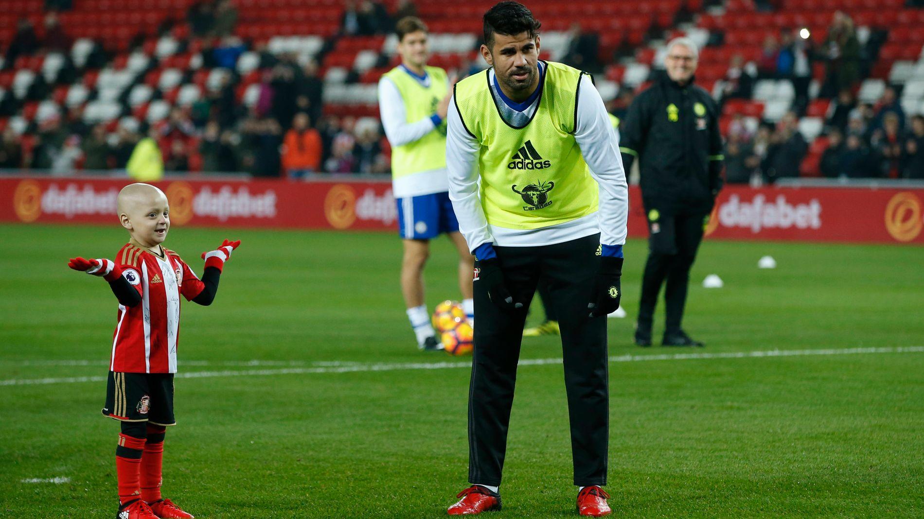 HELTEMØTE: Bradley Lowery fikk lede Sunderland- og Chelsea-spillerne inn på Stadium of Light onsdag. Her er seksåringen sammen med Chelsea-stjernen Diego Costa.