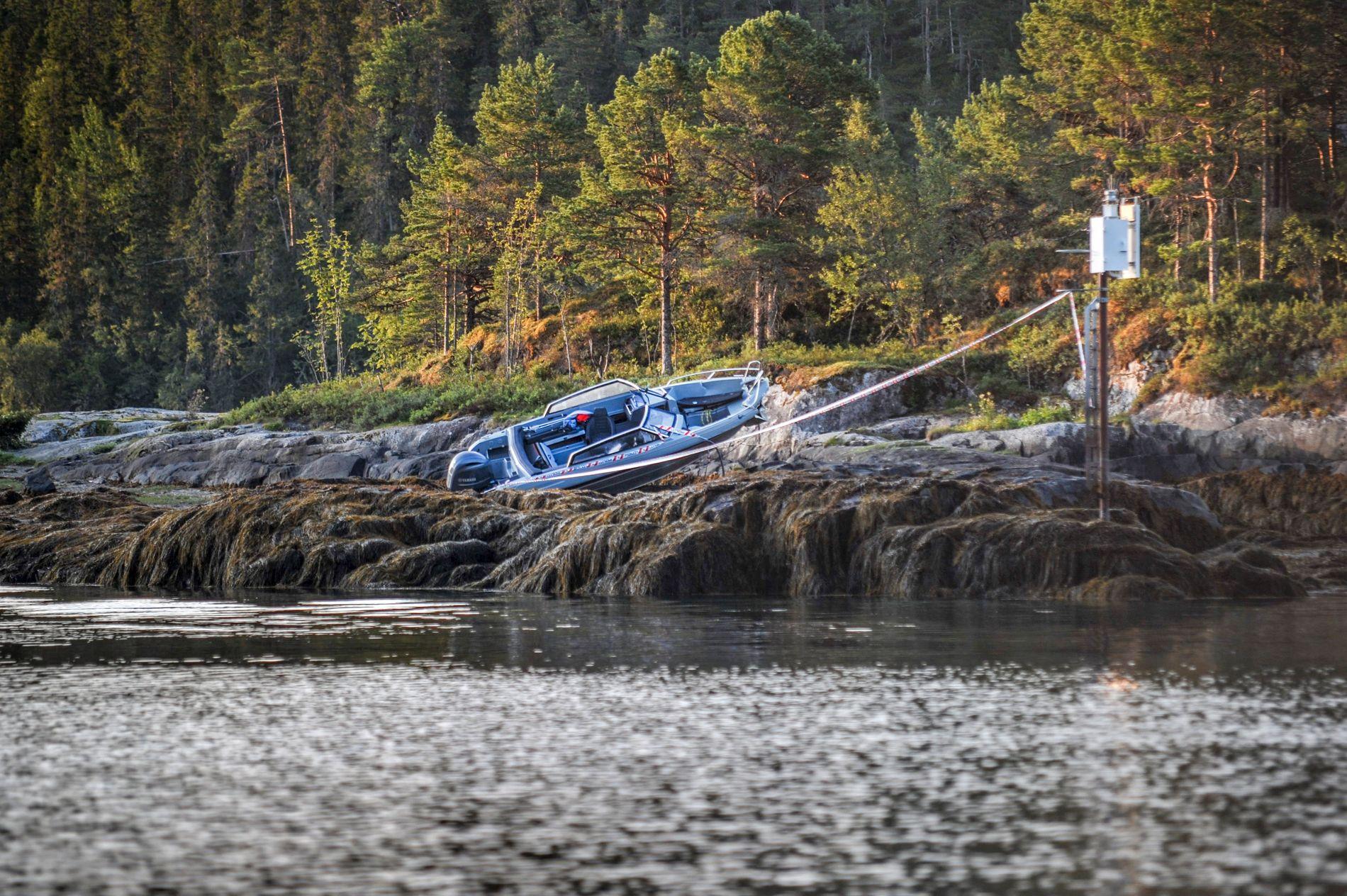 LØKKASKJÆRET: Båten ble liggende på Løkkaskjæret i Namsfjorden etter at den ifølge redningsskøyta må ha truffet et annet skjær først.