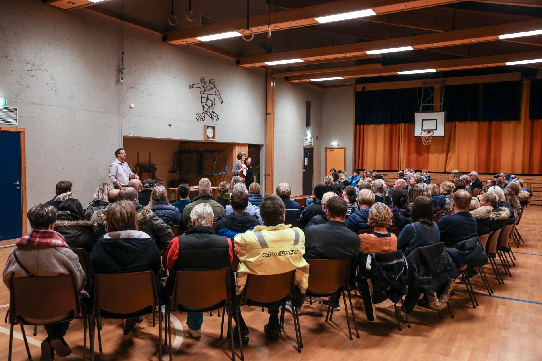MANGE SPØRSMÅL: På Barhaug skole hadde mange foreldre møtt opp til et informasjonsmøte torsdag kveld.