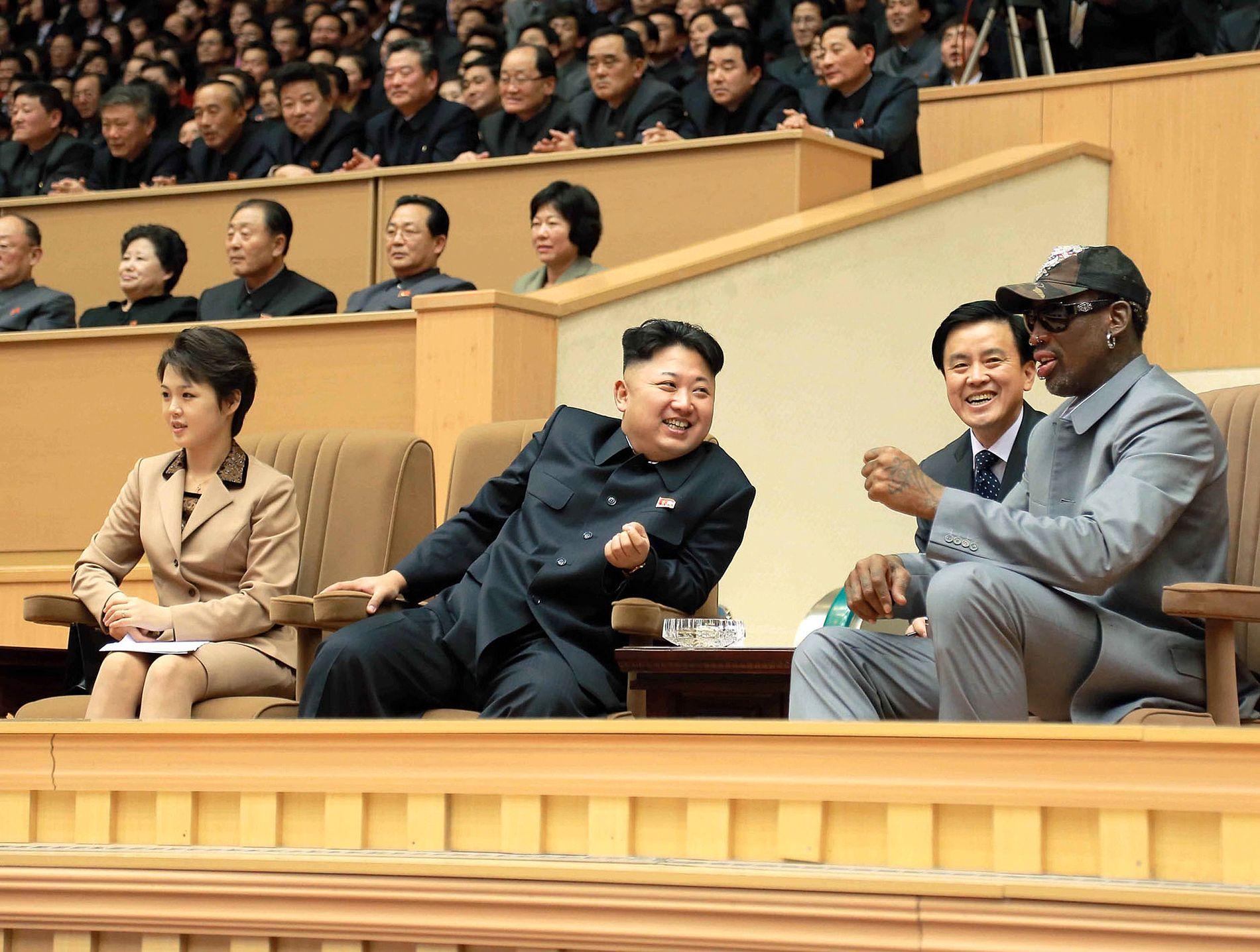 GOD TONE: Stemningen var god da Nord-Koreas leder Kim Jong-un og basketballstjernen Dennis Rodman fulgte en basketballkampmellom tidligere NBA-spillere og nordkoreanske spillere i Pyongyang i januar 2014.