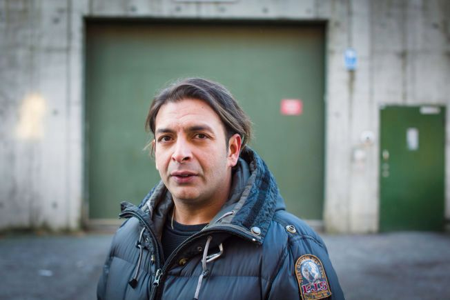 – JEG SKAL ALDRI TILBAKE: Leon Bashir utenfor Oslo kretsfengsel hvor han måtte sone etter å ha rømt fra Trøgstad fengsel. Utenfor inngangen hilser han på fangevoktere som fleiper og spør om han skal inn igjen. – Jeg skal aldri tilbake hit. Da må det i så fall være som regissør, svarer Bashir.
