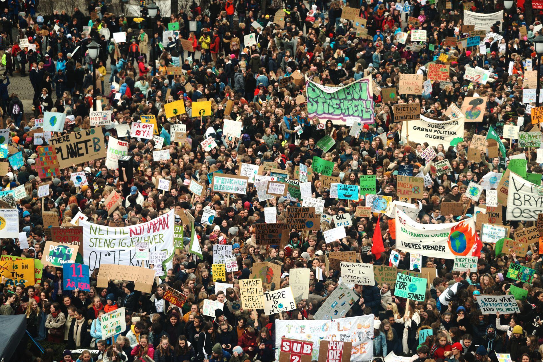 STREIKER FOR KLIMAET: Tusenvis av ungdommer har denne uken deltatt i klimastreiker landet rundt, her fra fredagens arrangement foran Stortinget. I kommentarfeltet har klimaskeptikerne hisset seg opp.