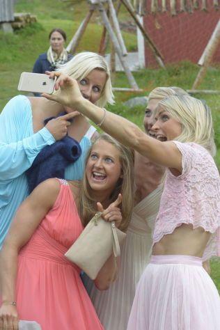 SMIL: Langrennsstjernen Kristin Størmer Steira giftet seg med Devon Kershaw lørdag. På plass var Vibeke Skofterud, Ingvild Flugstad Østberg og Therese Johaug, som benyttet anledingen etter vielsen til å ta en selfie.