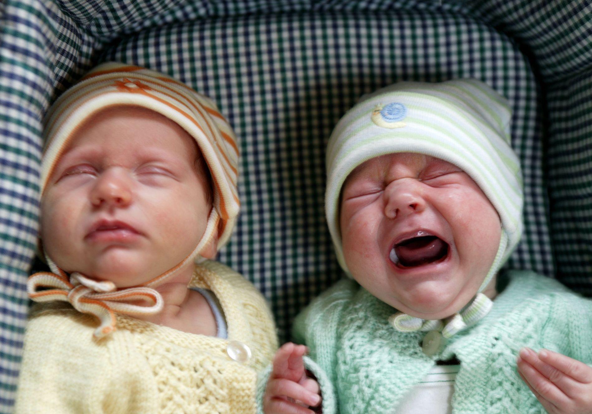 HALVPARTEN SPARER: Man må anta at disse tvillingsøstrene vil likebehandles, enten foreldrene sparer eller bruker barnetrygden.