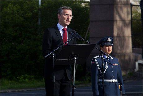 HOLDT TALE: Her roser statsministeren Gunnar Sønsteby 8. mai for innsatsen han gjorde for Norge. Foto: Kyrre Lien, NTB Scanpix