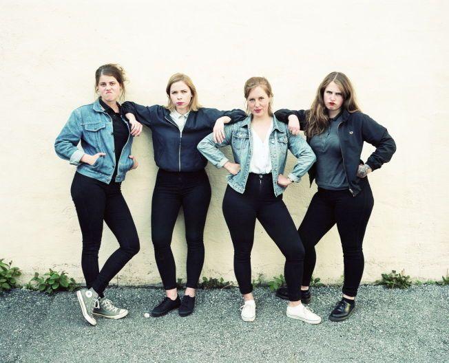 TØFFER SEG: Razika-jentene er nysingle og sinte på sitt tredje og beste album. Fra venstre: Marie Moe, Maria Råkil, Marie Amdam og Embla Karidotter. Foto: WARNER