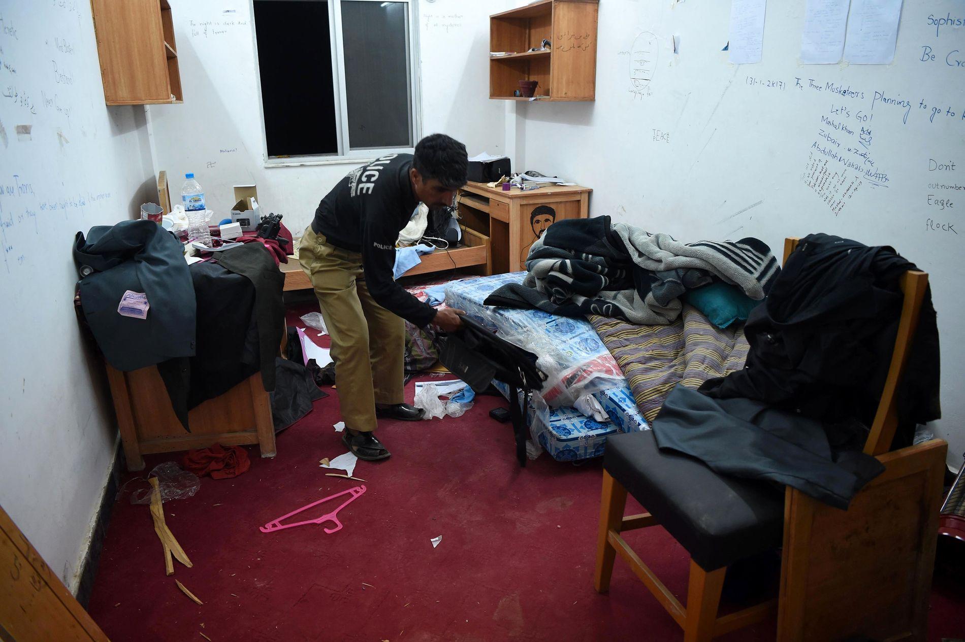 DØDE: En pakistansk politimann undersøker rommet til Mashal Khan som ble drept av medstudenter på hybelen på Abdul Wali Khan universitetet i Mardan.