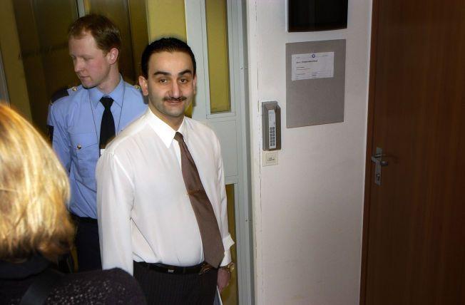 DØMT: Her føres Sharok Ezazi inn i retten i forbindelse med rettsaken mot ham og Stiftelsen Lucia.