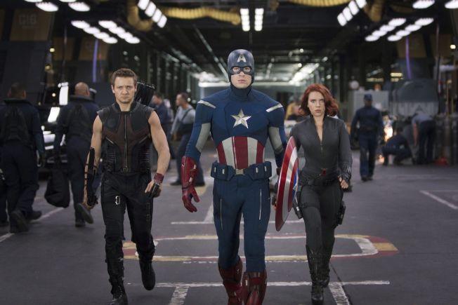KOMMER TILBAKE: Chris Evans kommer tilbake som Captain America. Tirsdag annonserte Marvel at den tredje Avengers-filmen, blir delt i to og kommer i 2018 og 2019. Her er Jeremy Renner (tv) og Scarlett Johansson (h) i den første filmen.