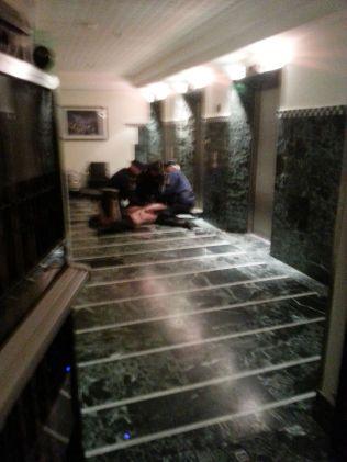 DRAMATISK: En naken mann i 35-årsalderen ble pågrepet av politiet - mistenkt for mordbrann på Pamela Andersons hotell i Sverige.