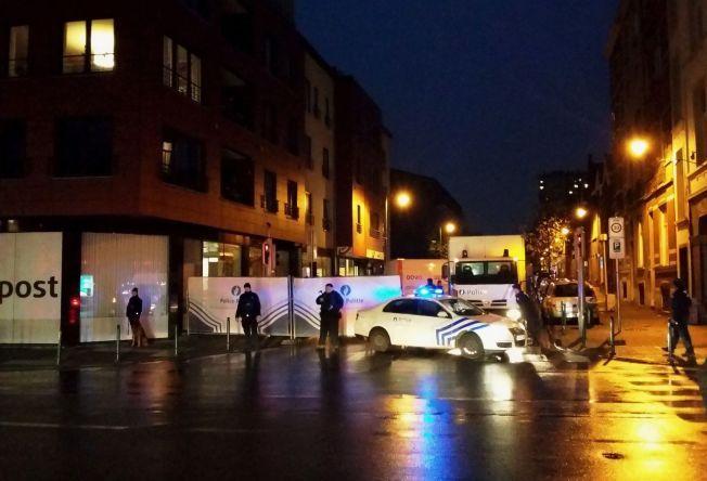 HER AKSJONERER POLITIET: Først gikk sivile polititjenestemenn inn og pågrep flere personer. Deretter ble gaten sperret av tungt bevæpnet politi, før bombeeksperter begynte å undersøke leiligheten som knyttes til én av de mistenkte.