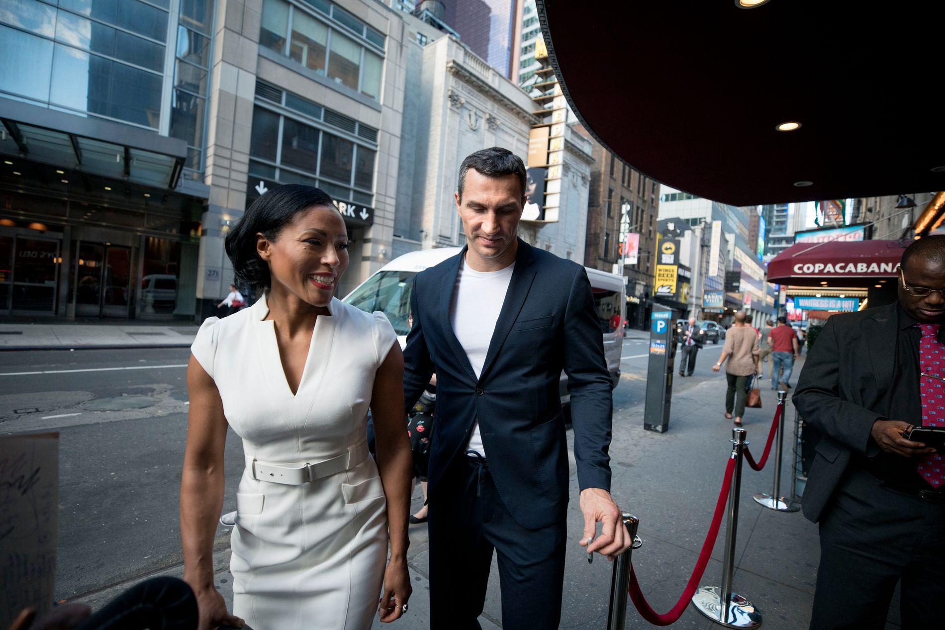 PÅ FEST: Cecilia Brækhus og Vladimir Klitsjko kom sammen til det høytidelige arrangementet i New York. Klitsjko er dobbelt verdensmester i tungvektsboksing, men la opp i fjor.