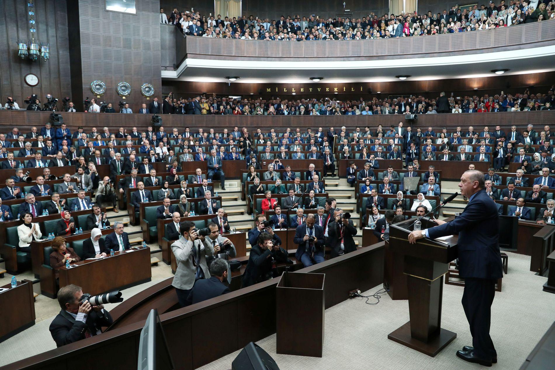 TALTE: Foran partifellene i nasjonalforsamlingen brukte president Erdogan tid på å fortelle om det han kaller et politisk drap på journalisten Jamal Khashoggi.