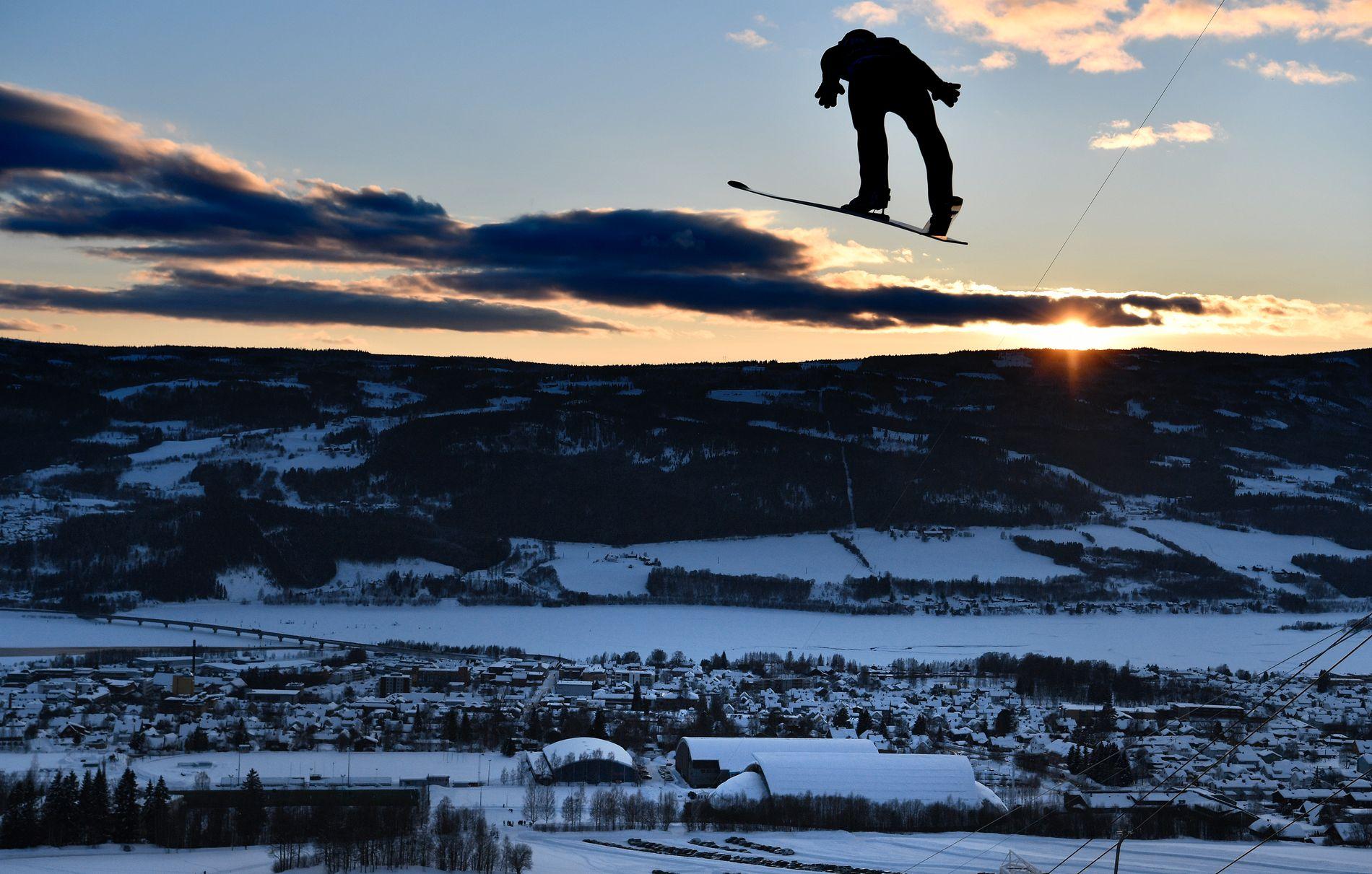 FLYR OVER OL-ANLEGG: Polske Kamil Stoch flyr ned til Raw Air-seier i OL-bakken fra 1994 på Lillehammer i går. I bakgrunnen skimtes Håkons Hall som er blant de gamle OL-anleggene som nå må rustes opp for mange millioner kroner.