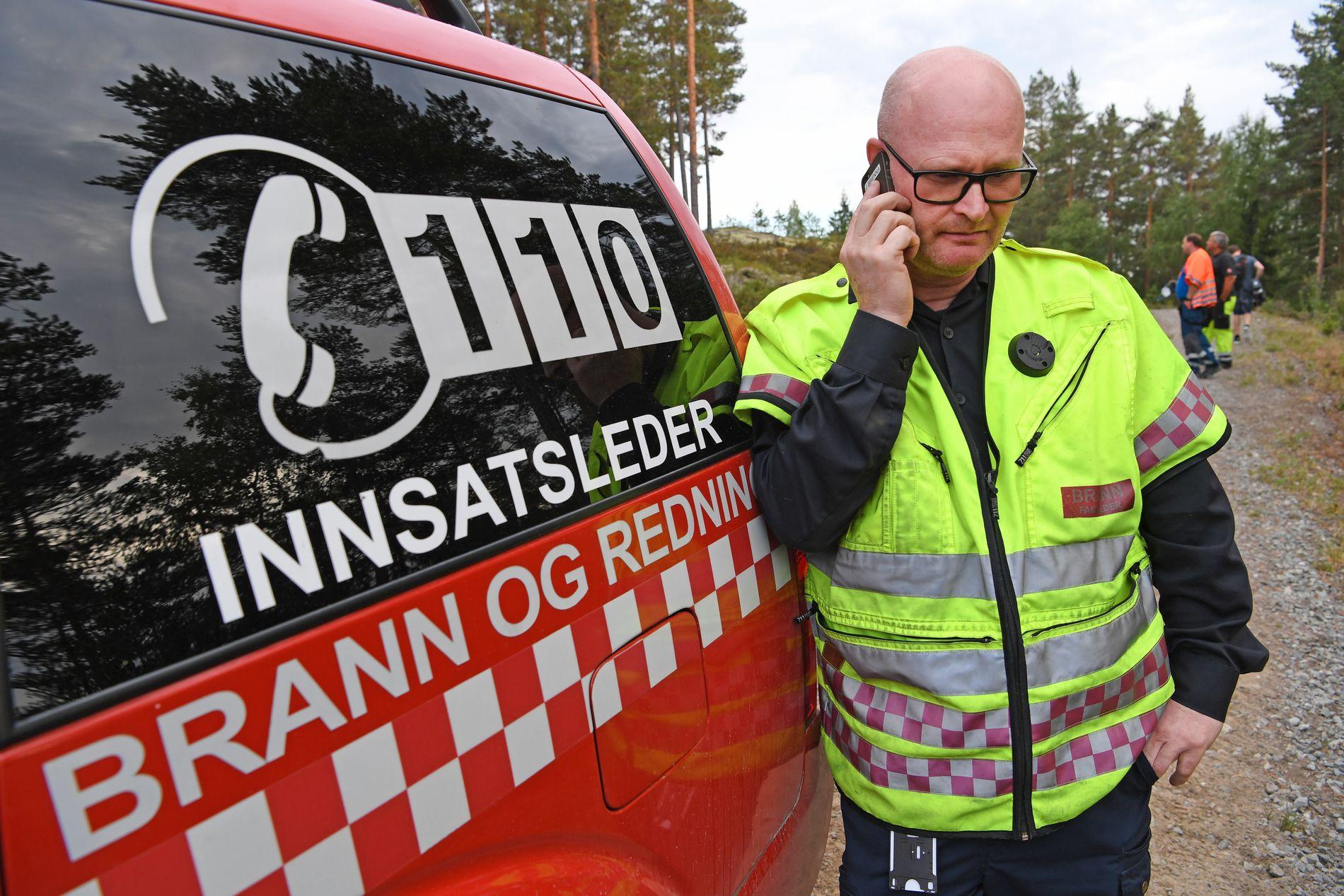 HEKTISK: Jhonny Brenna fra brannvesenet på Notodden sier til VG at de skal drive slukningsarbeid i kommunen gjennom natten.