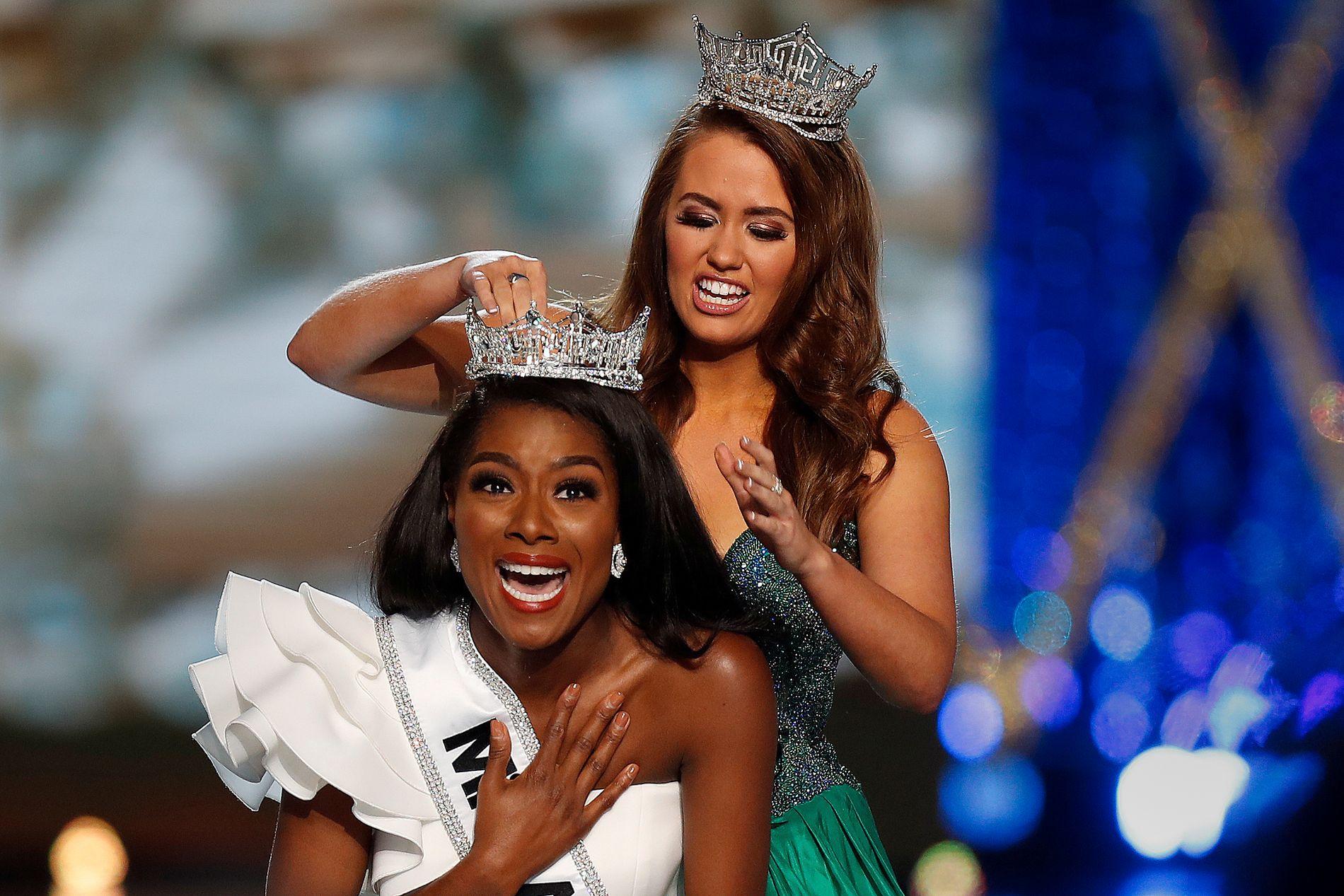 VINNER: Miss New York, Nia Imani Franklin, får kronen fra eks-miss Cara Mund.